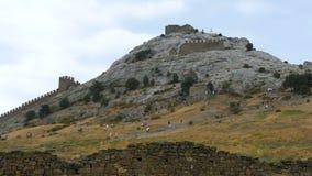 Turistas que visitan las ruinas de una fortaleza medieval antigua almacen de video