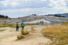 Turistas que visitan los volcanes del fango en la estación de verano Imagen de archivo libre de regalías