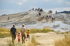 Turistas que visitan los volcanes del fango en la estación de verano Fotografía de archivo libre de regalías