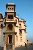 Turistas que visitan Sajjan hermoso Garh o el palacio de la monzón en la ciudad de Udaipur, la India imagenes de archivo