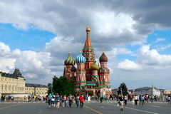 Turistas que visitan St Basil Cathedral, Plaza Roja, Moscú Foto de archivo