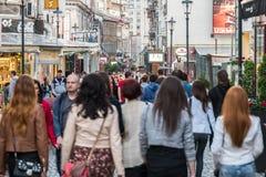 Turistas que visitan y que almuerzan en el centro de la ciudad al aire libre del café del restaurante en Bucarest Fotos de archivo