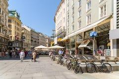 Turistas que visitan y que hacen compras en la calle de Graben Foto de archivo libre de regalías