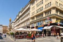 Turistas que visitan y que hacen compras en la calle de Graben Fotografía de archivo libre de regalías