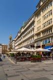 Turistas que visitan y que hacen compras en la calle de Graben Imagen de archivo