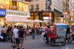 Turistas que visitan y que hacen compras en la calle de Graben en la noche Imagenes de archivo