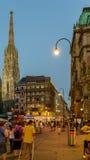 Turistas que visitan y que hacen compras en la calle de Graben en la noche Fotos de archivo libres de regalías