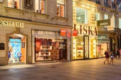 Turistas que visitan y que hacen compras en la calle de Graben en la noche Fotografía de archivo