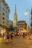 Turistas que visitan y que hacen compras en la calle de Graben en la noche Imagen de archivo libre de regalías