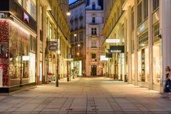 Turistas que visitan y que hacen compras en la calle de Graben en la noche Imágenes de archivo libres de regalías