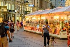 Turistas que visitan y que hacen compras en la calle de Graben en la noche Fotos de archivo