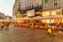 Turistas que visitan y que hacen compras en la calle de Graben en la noche Foto de archivo libre de regalías