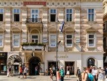 Turistas que visitan y que hacen compras en la calle de Graben en Viena Imagen de archivo libre de regalías