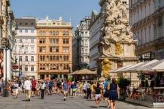 Turistas que visitan y que hacen compras en la calle de Graben en Viena Imágenes de archivo libres de regalías
