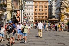 Turistas que visitan y que hacen compras en la calle de Graben en Viena Fotografía de archivo