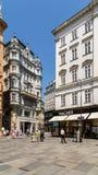 Turistas que visitan y que hacen compras en tiendas famosas de la calle de Graben Fotos de archivo libres de regalías