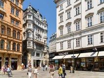 Turistas que visitan y que hacen compras en tiendas famosas de la calle de Graben Imágenes de archivo libres de regalías