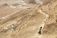 Turistas que vuelven del Masada en la trayectoria de la serpiente en imagen de archivo