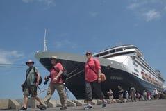 475 turistas saíram a origem holandesa de Volendam do navio de cruzeiros que confia no porto do Emas de Tanjung em Semarang Foto de Stock