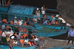 30 04 2018 turistas se están sentando en los barcos en la cueva de Phonh Nha, Phong Nha-KE golpean el parque nacional, Vietnam foto de archivo