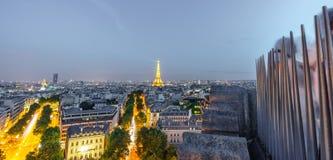 Turistas sobre Arco do Triunfo que toma fotos à torre Eiffel no crepúsculo Foto de Stock