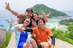 Turistas tailandeses en la isla de Koh Nang Yuan Foto de archivo libre de regalías