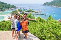 Turistas tailandeses en la isla de Koh Nang Yuan Fotos de archivo