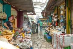 Turistas y compradores que caminan por el bazar turco del acre Fotos de archivo libres de regalías