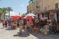 Turistas y compradores que caminan por el bazar turco del acre Imagen de archivo libre de regalías