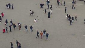 Turistas y ejecutantes de la calle en ciudad desde arriba metrajes