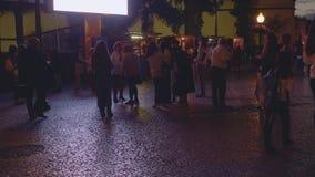 Turistas y locals en la calle de Funshal almacen de video