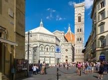 Turistas y locals en Piazza del Duomo con vistas a la catedral de Florencia Fotos de archivo libres de regalías