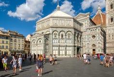 Turistas y locals en Piazza del Duomo con vistas a la catedral de Florencia Imagen de archivo