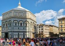 Turistas y locals en Piazza del Duomo con vistas a la catedral de Florencia Foto de archivo