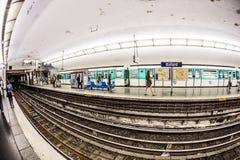 Turistas y locals en un metro en París Fotos de archivo libres de regalías