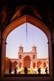 Turistas y locals persas en una mezquita multicolora Nasir al Mulk Imagen de archivo