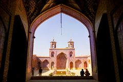 Turistas y locals persas en una mezquita multicolora Nasir al Mulk Fotografía de archivo