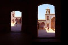 Turistas y locals persas en una mezquita multicolora Nasir al Mulk Fotografía de archivo libre de regalías
