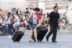 Turistas y maletas Imagen de archivo libre de regalías
