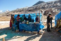 Turistas y mercado flotante con la montaña negra en el fondo en invierno en el punto cero en Lachung Sikkim del norte, la India Imagen de archivo libre de regalías