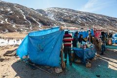 Turistas y mercado flotante con la montaña negra en el fondo en invierno en el punto cero en Lachung Sikkim del norte, la India Foto de archivo libre de regalías