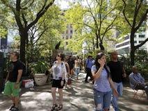 Turistas y neoyorquinos en el cuadrado NYC de Greeley Fotos de archivo libres de regalías