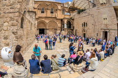 Turistas y peregrinos en el cuadrado cerca de la iglesia del Resur Fotos de archivo libres de regalías
