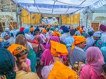 Turistas y peregrinos que esperan en línea en el templo de oro Fotografía de archivo
