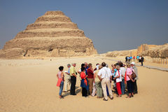 Turistas y pirámide Fotografía de archivo libre de regalías