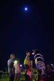 Turistas y telescopio astronómico Foto de archivo libre de regalías