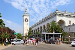 Turistas y veraneantes en la estación de la ciudad de vacaciones de tan Imagen de archivo
