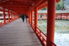 TuristbesökItsukushima relikskrin i Miyajima, Japan Royaltyfri Foto