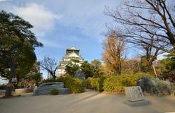 TuristbesökOsaka slott i den Osaka staden, Japan Royaltyfria Bilder