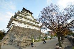 TuristbesökOsaka slott i den Osaka staden, Japan Royaltyfri Bild